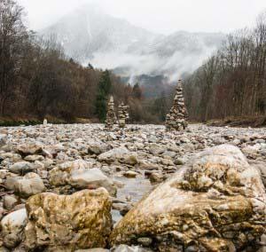 Gemütliche Radwege und Wanderwege begleiten den breiten Gebirgsstrom der Tiroler Ache bis zur Mündung in den Chiemsee.